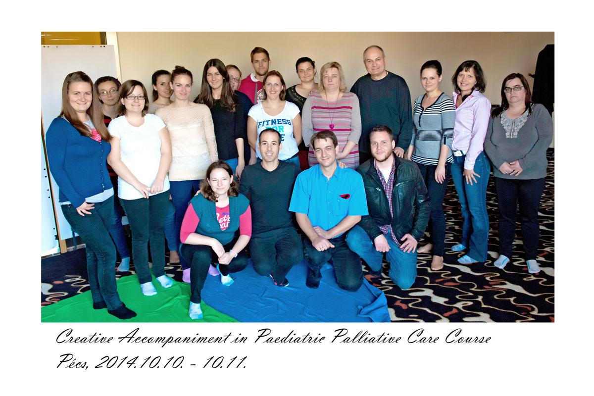 Foto con los participantes miembros del equipo del Hospice para niños en Pecs (Hungría) que completaron el taller formativo en Acompañamiento Creativo.