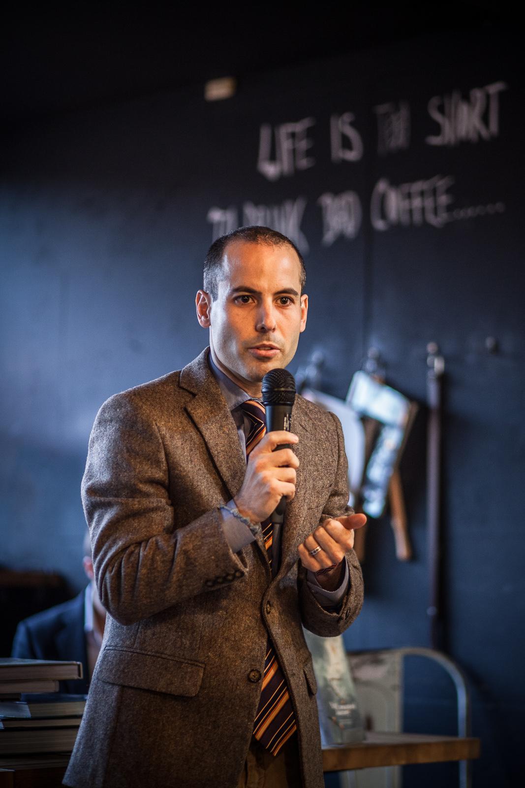 Iván Gómez coautor conversando con el público