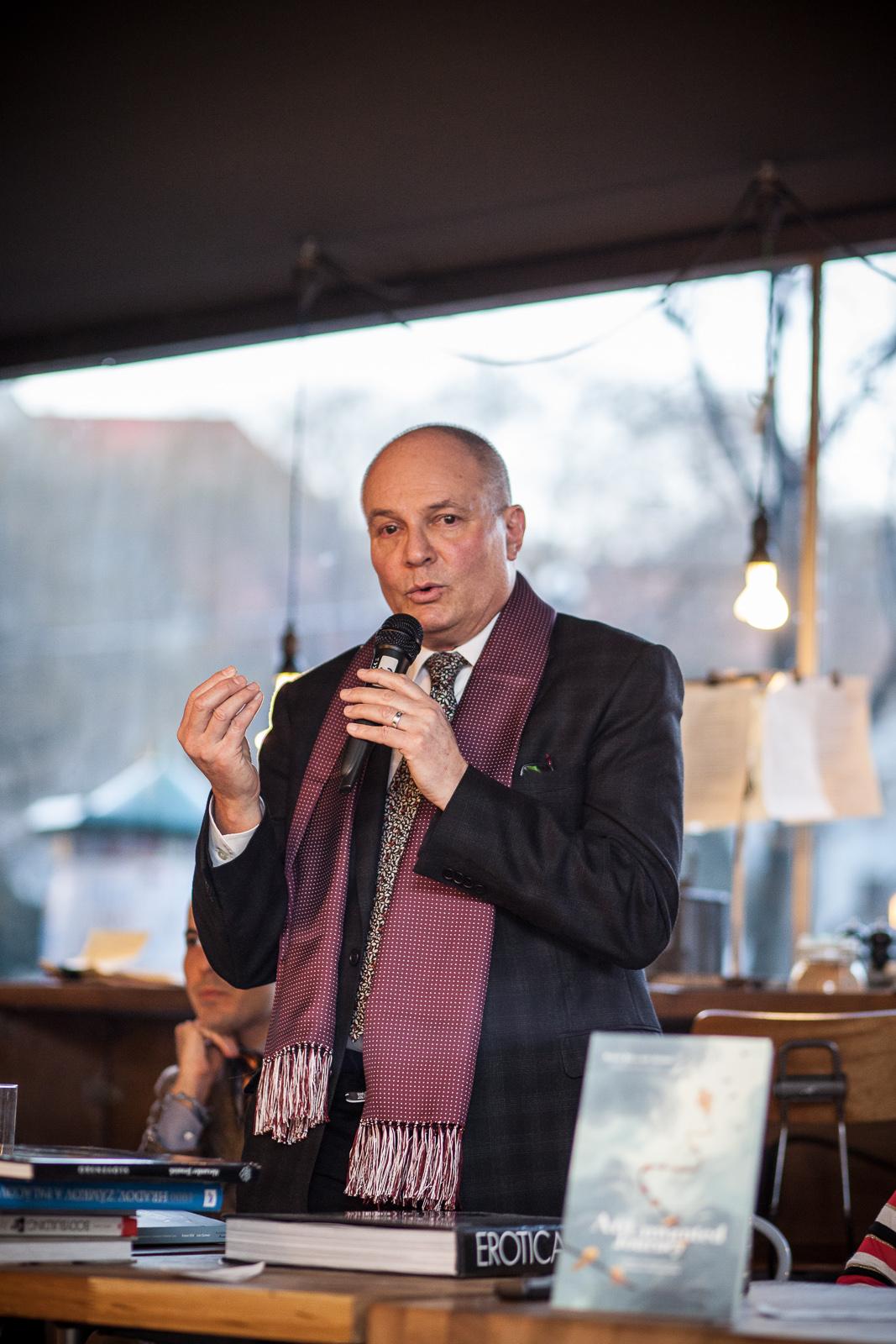 Rubén Bild coautor habla sobre el proceso creativo durante la escritura.